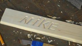 Mtsensk, Ρωσία 20 Δεκεμβρίου 2016 Εκδοτικός - καλλιτεχνική ξύλινη γλυπτική της Nike, κινηματογράφηση σε πρώτο πλάνο, εργαλείο, ηλ φιλμ μικρού μήκους
