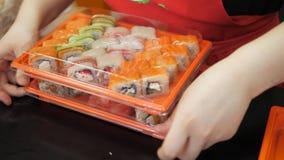 Mtsensk, Ρωσία, 2017 05 10 Εκδοτικός - σούσια και ρόλοι μαγείρεμα MYBOX Ναταλία απόθεμα βίντεο