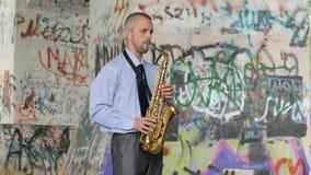 Mtsensk, Ρωσία, στις 7 Αυγούστου 2017 c- Ένα saxophonist παίζει το saxophone YAMAHA φιλμ μικρού μήκους