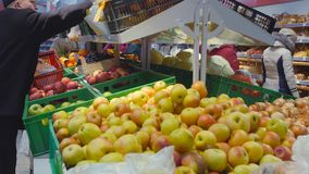Mtsensk, Ρωσία, στις 23 Δεκεμβρίου 2017 Εκδοτικός - φρούτα αγοράς στο κατάστημα Φρέσκα οργανικά λαχανικά και φρούτα στο ράφι απόθεμα βίντεο