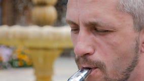 Mtsensk, Rússia, o 7 de agosto de 2017 Editorial - um saxofonista joga o saxofone YAMAHA video estoque
