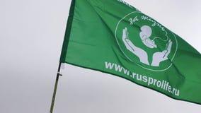 Mtsensk, Rusia 20 de diciembre de 2016 EDITORIAL - el ` de la bandera POR una VIDA SIN el ` del ABORTO para el ` marzo de la vida almacen de video