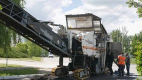 Mtsensk, Rusland 23 Mei 2017 REDACTIE - Verwijdering van oud asfalt met een Wirtgen-malenmachine van de weg stock videobeelden