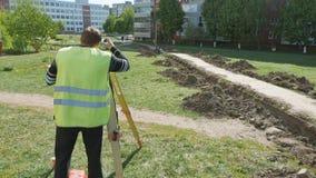Mtsensk, Russie le 14 mai 2017 ÉDITORIAL - Le travail de l'équipement spécial dans la réparation des routes De l'arpenteur pendan banque de vidéos