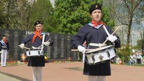 Mtsensk, Russland, am 9. Mai 2018 REDAKTIONELL - Gasse von Ruhmhelden des großen patriotischen Krieges Ehre an der ewigen Flamme stock video
