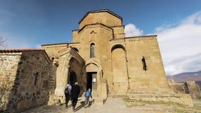Mtskheta, Geórgia - 21 de novembro de 2018: Povos da família que visitam Jvari, monastério ortodoxo Georgian, patrimônio mundial  video estoque
