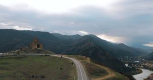 Mtskheta, Geórgia Jvari, monastério ortodoxo Georgian e cidade antiga situados no vale da afluência dos rios Mtkvari vídeos de arquivo