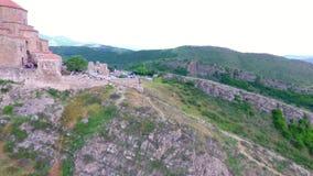 Mtskheta, GEÓRGIA - Octomber 14, 2017: Vista aérea de Mtskheta, Geórgia Mtskheta era capital velha de Geórgia Por do sol filme