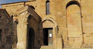 Mtskheta, Geórgia Povos que visitam Jvari, monastério ortodoxo Georgian, patrimônio mundial pelo UNESCO Templo antigo video estoque