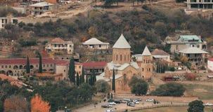 Mtskheta Geórgia Vista superior da cidade antiga e do monastério de Samtavro durante Autumn Day Transfiguração de Samtavro ortodo filme