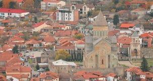 Mtskheta, Georgië Hoogste Weergeven van Oude Stad en Svetitskhoveli-Kathedraal tijdens Autumn Day De Plaats van de Erfenis van de stock video