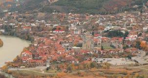 Mtskheta Georgië Hoogste Weergeven van Oude Stad en Svetitskhoveli-Kathedraal tijdens Autumn Day De Plaats van de Erfenis van de  stock videobeelden