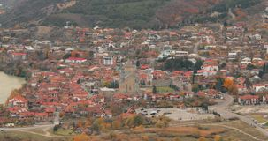 Mtskheta Georgië Hoogste Weergeven van Oude Stad en Svetitskhoveli-Kathedraal tijdens Autumn Day De Plaats van de Erfenis van de  stock video