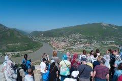 Mtskheta, Georgië - MEI 01, 2017: Toeristen op de observatie DE royalty-vrije stock afbeeldingen