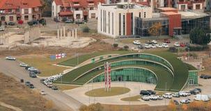 Mtskheta, Georgia Взгляд сверху нового Ultramodern полукруглого зеленого цвета Управления полиции акции видеоматериалы