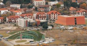 Mtskheta, Georgia Взгляд сверху нового Ultramodern полукруглого зеленого цвета Управления полиции видеоматериал
