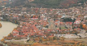 Mtskheta Georgia Взгляд сверху древнего города и собора Svetitskhoveli во время дня осени Место всемирного наследия Unesco акции видеоматериалы