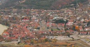 Mtskheta Georgia Взгляд сверху древнего города и собора Svetitskhoveli во время дня осени Место всемирного наследия Unesco сток-видео