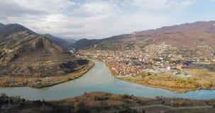 Mtskheta, Georgia Взгляд сверху древнего города расположенный на долине стечения рек Mtkvari Kura и Aragvi внутри акции видеоматериалы