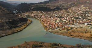 Mtskheta, Georgia Взгляд сверху древнего города расположенный на долине стечения рек Mtkvari Kura и Aragvi внутри видеоматериал