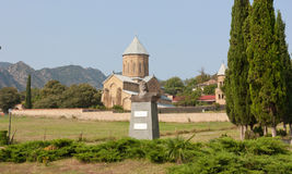 Mtskheta, Georgia 17 agosto 2013: Chiesa ortodossa di trasfigurazione di Samtavro e monastero della st Nino in Mtskheta Il monume Fotografia Stock Libera da Diritti
