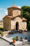 Mtskheta Georgia Forntida mycket liten stenkyrka av St Nina With Green Churchyard arkivfoto