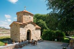 Mtskheta Georgia Forntida mycket liten stenkyrka av St Nina With Green Churchyard royaltyfria foton