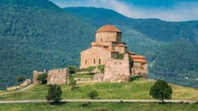Mtskheta Georgia Forntida världsarv, Jvari kloster på den gröna dalen Arkivfoto