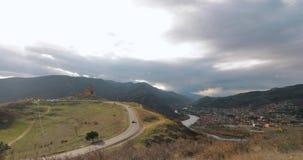 Mtskheta, Georgia Jvari, грузинский правоверный монастырь и древний город расположенное на долине стечения рек Mtkvari видеоматериал