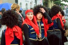 MTSKHETA GRUZJA, OCT, - 14: Młodzi żeńscy artyści ogląda tłumu podczas przyjęcia w tradycyjnych rzemiosło kostiumach fotografia stock