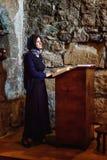Mtskheta Gruzja, Październik, - 4, 2016: Kobiety praus w wnętrzu Svetitskhoveli Ortodoksalna katedra w Mtskheta, Gruzja Zdjęcie Stock