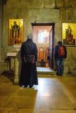 Mtskheta Gruzja, Październik, - 4, 2016: Poranne nabożeństwo i wnętrze Svetitskhoveli Ortodoksalna katedra w Mtskheta, Gruzja Obrazy Royalty Free