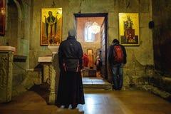 Mtskheta Gruzja, Październik, - 4, 2016: Poranne nabożeństwo i wnętrze Svetitskhoveli Ortodoksalna katedra w Mtskheta, Gruzja Obrazy Stock