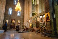 Mtskheta Gruzja, Październik, - 4, 2016: turyści we wnętrzu Svetitskhoveli Ortodoksalnej katedry w Mtskheta, Gruzja Obrazy Stock