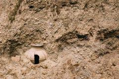 Mtskheta la Géorgie Kvevri endommagé, enterré en terre Grand Earthe images stock