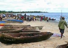 MTWARA, Tanzania - 3 de diciembre de 2008: el mercado de pescados. Imágenes de archivo libres de regalías