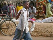 MTWARA Tanzania - December 3, 2008: fiskmarknaden. Arkivfoton
