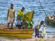 MTWARA Tanzania, Grudzień, - 3, 2008: Niewiadomi mężczyzna rybacy saile Fotografia Stock