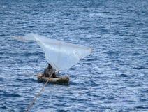 MTWARA Tanzania, Grudzień, - 3, 2008: Niewiadomy osamotniony rybak wewnątrz Obraz Stock