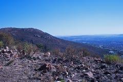 MUŚNIĘCIE, skały NA GÓRZE wzgórza I widok POZA zdjęcia royalty free