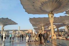 Muçulmanos após a parte dianteira da mesquita de Nabawi, Medina das orações de sexta-feira Imagem de Stock Royalty Free
