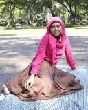 Muçulmanos fêmeas bonitos que sentam fora 1 Fotografia de Stock