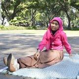 Muçulmanos fêmeas bonitos que sentam fora 2 Imagem de Stock