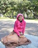 Muçulmanos fêmeas bonitos que sentam fora 3 Imagem de Stock