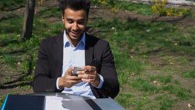 Muçulmanos que jogam no jogo no telefone video estoque