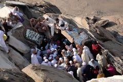 Muçulmanos que visitam Hira Cave imagem de stock royalty free