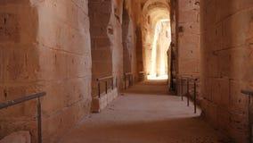 Muévase a lo largo del pasillo con los arcos y enciéndase en fortaleza Tiro de la pista metrajes
