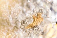 Muñeca adornada en el árbol de navidad fotografía de archivo