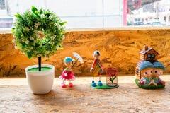 Muñeca adornada en el café imagenes de archivo
