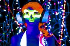 Muñeca cibernética femenina del disco atractivo de neón ultravioleta del resplandor Fotografía de archivo libre de regalías